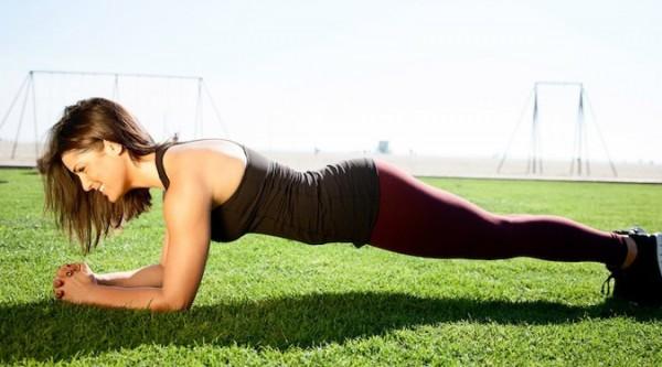 Plank, cel mai bun exercițiu pentru abdomen – execuția corectă și beneficii